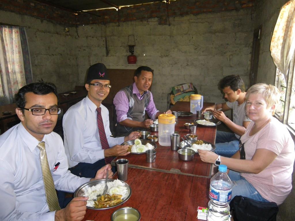 """Le """"Staff"""" pendant le déjeuner (du dalbhat) avec leur invités"""